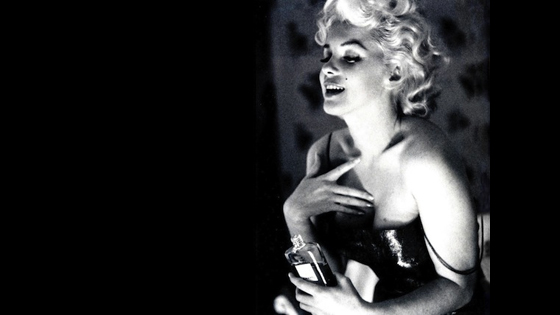 Marilyn Monroe using 5 drops of Chanel N°5 photographed by Ed Feingersh